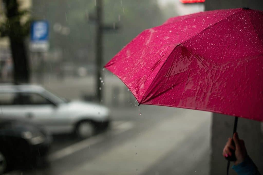 Fotografía paraguas rojo como ejemplo de etiquetado de imágenes