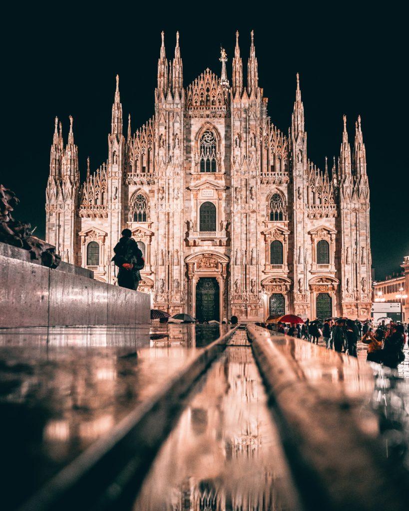 catedral de Milán rodeada de turistas bajo la lluvia